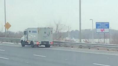 Camión blindado comenzó a tirar dinero en efectivo en plena autopista