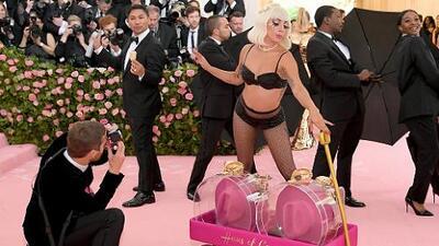 El video que no te puedes perder: Lady Gaga se desviste tres veces (en serio) en la alfombra de la Met Gala