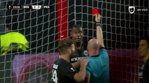 ¡Expulsión! El árbitro saca la roja directa a Evan Ndicka