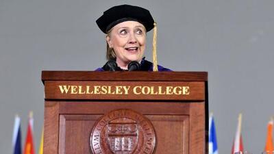 """La """"estafa"""" del presupuesto, el fantasma de Nixon y otros dardos que lanzó Hillary Clinton a Trump en su discurso de graduación en Wellesley College"""