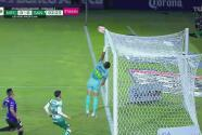 Santos avisa con un remate que por poco sorprende a Vikonis