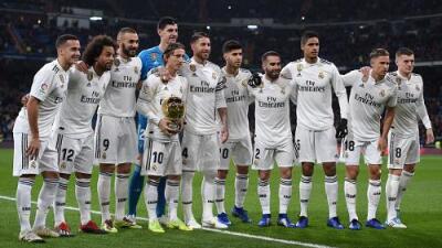 Luka Modric ofrece el Balón de Oro a la afición del Real Madrid en el Santiago Bernabéu