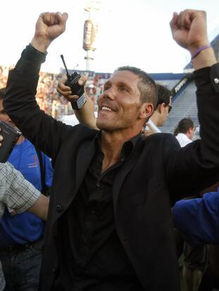 Buenos Aires, ARGENTINA: Estudiantes? coach, Diego Simeone, celebrates at the end of the final match of the Argentine Apertura soccer tournament against Boca Juniors at Jose Amalfitani stadium in Buenos Aires, 13 December 2006. Estudiantes won 2-1 and is the champion. AFP PHOTO / JUAN MABROMATA (Photo credit should read JUAN MABROMATA/AFP/Getty Images)