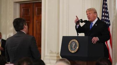 CNN demanda a Trump por retirar credenciales al periodista Jim Acosta