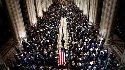 Así fue el recorrido del féretro de George Bush padre del Capitolio a la Catedral en donde le rindieron tributo