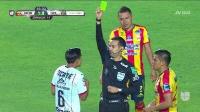 Tarjeta amarilla. El árbitro amonesta a Dieter Villalpando de Guadalajara