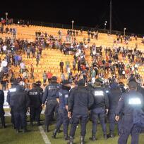 Pleito entre aficionados y policía tras el triunfo de Alebrijes