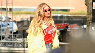 Beyoncé helps Houston church by serving food to Harvey victims