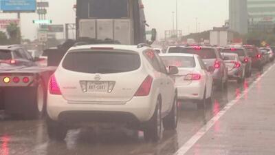 Se registra un fuerte tráfico en la zona comercial de Houston tras las inundaciones que dejó Imelda