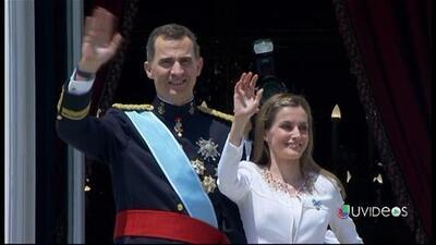Miles de ciudadanos saludan a los Reyes en su camino al Congreso