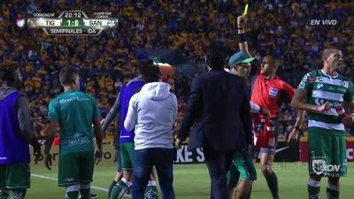Tarjeta amarilla. El árbitro amonesta a Javier Correa de Santos Laguna