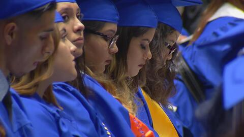 Aunque los retos para muchos estudiantes hispanos pueden ser insuperables, llegó la graduación, cuando los sacrificios pagan