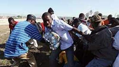 Haitianos protestan con barricadas en llamas de cadáveres y neumáticos