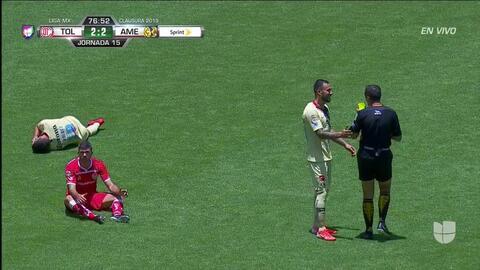 Tarjeta amarilla. El árbitro amonesta a Emanuel Gigliotti de Toluca