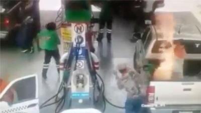 Imágenes fuertes: se enciende en llamas camioneta justo cuando un hombre y su hija estaban echándole gasolina