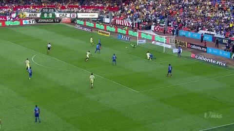 Julio Domínguez despeja el balón y aleja el peligro