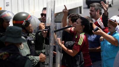Guardia Nacional de Venezuela intenta bloquear a la fuerza el paso de voluntarios hacia la frontera con Colombia
