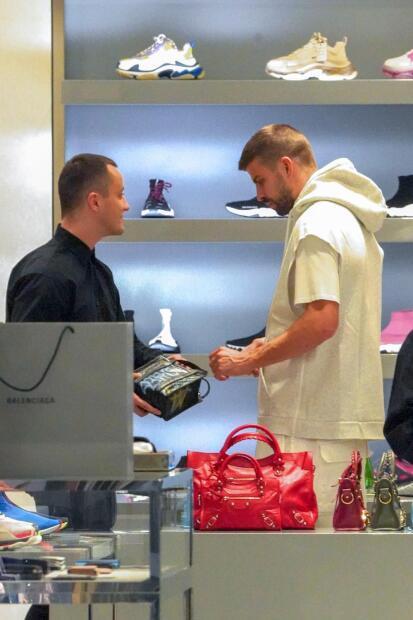 El futbolista mostró especial interés por un bolso de mano Balenciaga, valorado en 2,000 dólares.