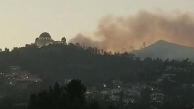 Un incendio consumió entre tres y cuatro acres de terreno en Griffith Park