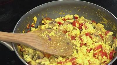 La receta: revoltillo de tofu con verduras y waffles de avena