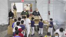 La cónsul de El Salvador en Laredo visita a menores migrantes en el Coliseo Freeman