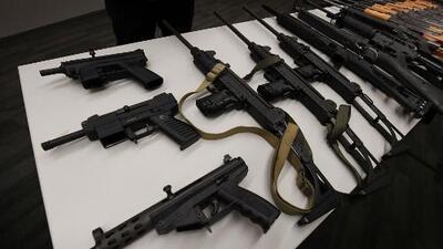 """""""El problema no son las armas"""", dice un conductor de radio en Texas sobre masacres en EEUU"""