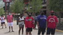 Fanáticos de los Texas Rangers se las ingenian para acompañar al equipo en un inusual inicio de temporada