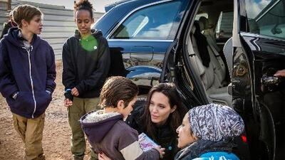 Los hijos de Angelina Jolie siguen sus pasos y visitan campos de refugiados