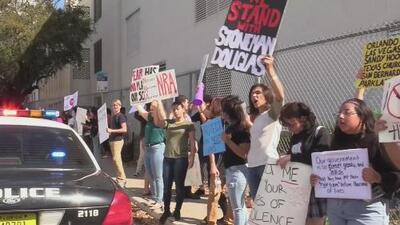 Con gritos y pancartas estudiantes de escuela en Florida protestan contra el uso de armas de fuego