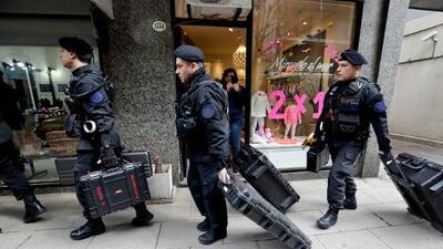 La policía allana dos residencias de la expresidenta Cristina Fernández en medio de la investigación por corrupción