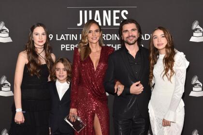 Juanes fue el primero en desfilar por la alfombra roja de su homenaje como Persona del Año. Llegó acompañado de sus hijos Paloma, Dante y Luna, así como con su esposa Karen Martínez.
