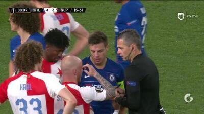 Tarjeta amarilla. El árbitro amonesta a David Luiz de Chelsea