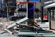 Vehículos se estrellan con un comedor al aire libre y una parada de autobús en Manhattan: hay siete heridos