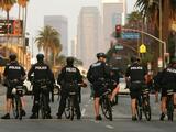 """""""No español"""", ni canales hispanos de """"mujeres con poca ropa"""": reglas de la policía de Los  Ángeles, según una demanda"""