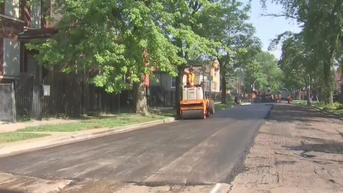 Alcalde Emanuel: durante 2018 se han repavimentado 100 millas de calles y avenidas en Chicago