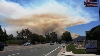 Jornada de incendios obliga a evacuar a miles de vecinos en el sur de California