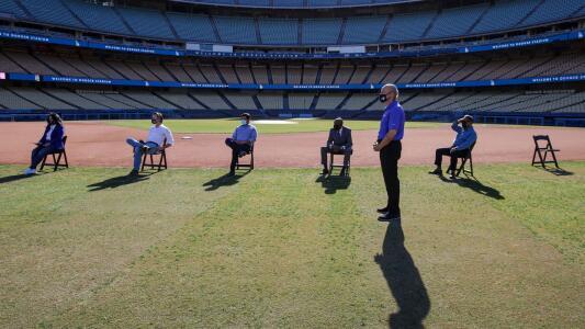 El estadio de Los Angeles Dodgers se convierte en un centro masivo de vacunación contra el coronavirus