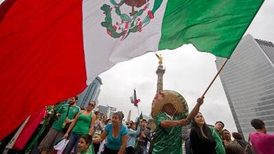 Celebración de victoria mexicana en el Ángel de la Independencia