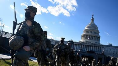 """""""No son los sirvientes de Nancy Pelosi"""": DeSantis ordena el regreso de soldados de la Guardia Nacional a Florida"""