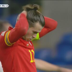 Gareth Bale se manda tiro lejano que pega en el travesaño de Irlanda