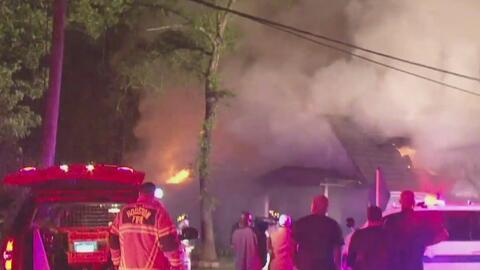 Voraz incendio consume dos viviendas y un garaje del suroeste de Houston