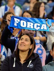 FV. Porto (Portugal), 04/05/2019.- FC Porto's supporters hold a scarf reading 'Be Strong Iker' in honor of the Spanish goalkeeper Iker Casillas prior the Portuguese First League soccer match between FC Porto and Desportivo das Aves held at Dragao stadium in Porto, Portugal, 04 May 2019. EFE/EPA/FERNANDO VELUDO