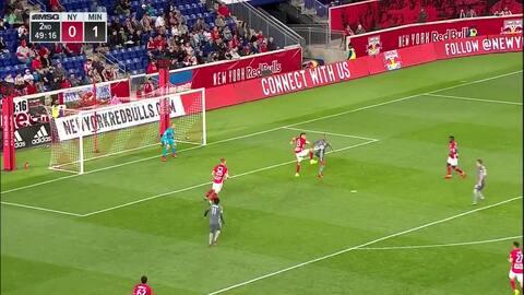 Ecuatoriano Romario Ibarra se encuentra un balón en el aire y castiga con derechazo para el 2-0