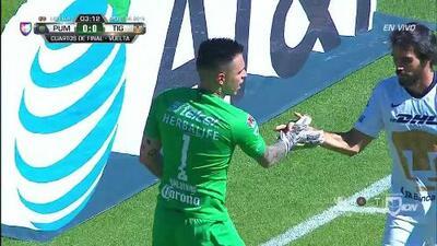 Alfredo Saldívar despeja el balón y aleja el peligro