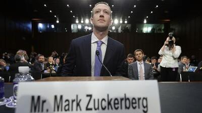 El cojín y sus notas sobre el escritorio: las curiosidades de la comparecencia de Zuckerberg ante el Senado