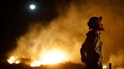 Al menos 8,700 bomberos combaten los incendios en California