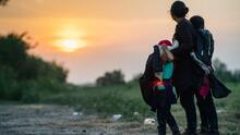 """""""Hay esperanza"""": migrantes celebran anuncio sobre revisión de solicitudes de asilo desestimadas por el gobierno de Trump"""