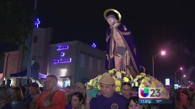 Cubanos demuestran su fe a San Lázaro