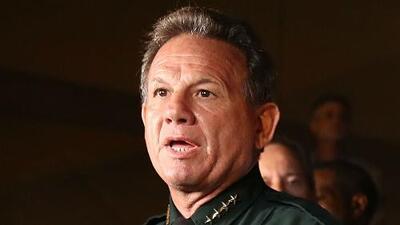 Videos revelan que el oficial que tenía a su cargo proteger a la escuela de Parkland no hizo nada para detener la masacre
