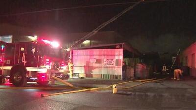 Investigan las causas de un voraz incendio que se registró en una fábrica de refacciones para avión